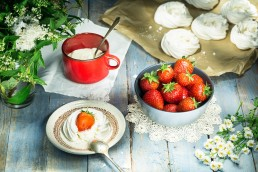 Photo pf food- traditional english dessert strawberries and meringue