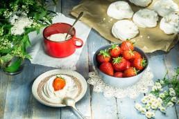 Photo pf food- traditional english dessert strawberries and meringue